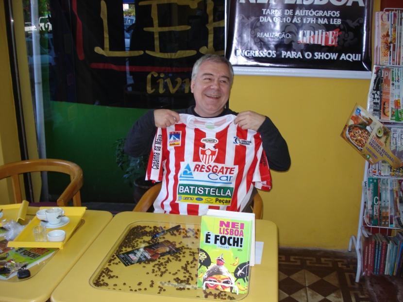 Camiseta alvirrubra com que Nei foi presenteado agradou, pelas cores em comum com seu favorito no futebol gaúcho