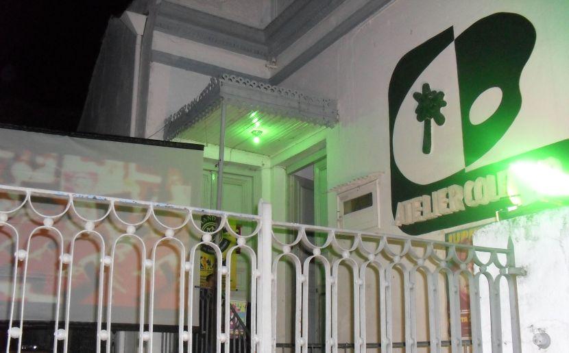 Telão no pátio do Atelier exibia o show em tempo real até para os não-pagantes em trânsito na Floriano