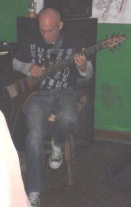 Ricardo adicionou melodia aos graves com um baixo de seis cordas, que tocava sentado