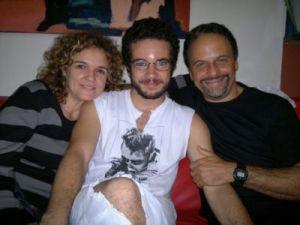 """Um terceiro filme, Somos Tão Jovens, biografa Renato Russo (Thiago Mendonça) - aqui, com seus """"pais"""" Sandra Corveloni e Marcos Breda"""